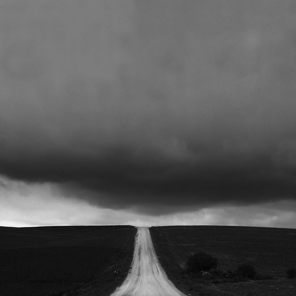 An ugly cloud over a country road, threatening to storm. Shot with an Fuji X-E4 and XF 27mm f/2.8.